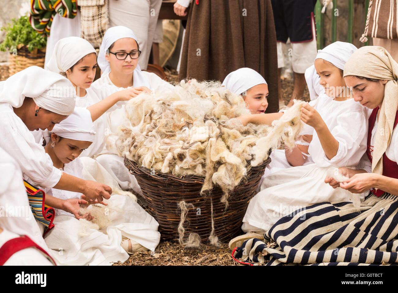 Mädchen ziehen Garn aus Ziege Woolin eine Szene im Rahmen einer ...