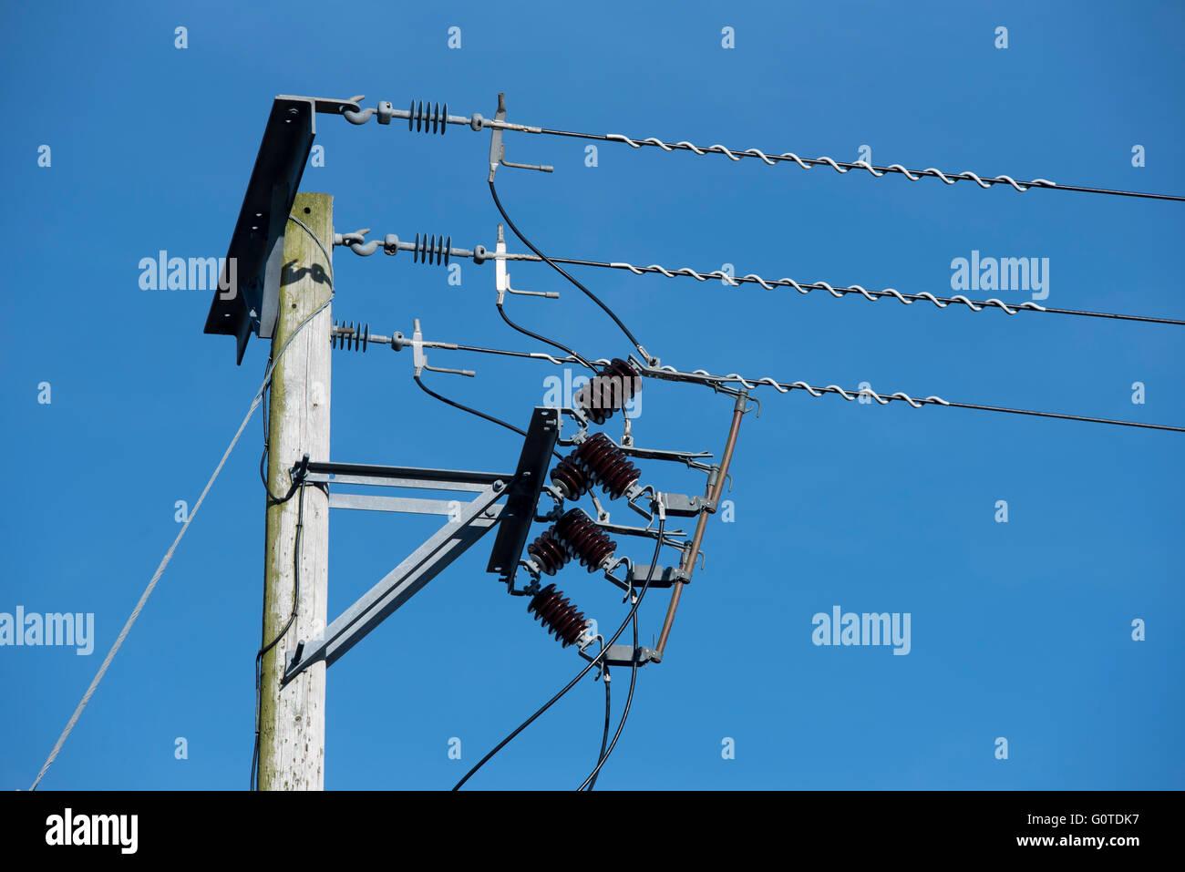 Detaillierte Darstellung einen Ende aus Holz macht Kabel Pylon mit Isolatoren. Stockbild