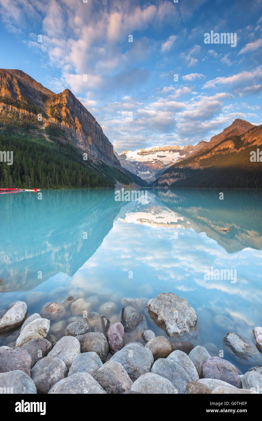 Der wunderschöne Lake Louise, eines der schönsten Flecken in den Rocky Mountains, von Sunrise. Banff Nationalpark, Stockbild