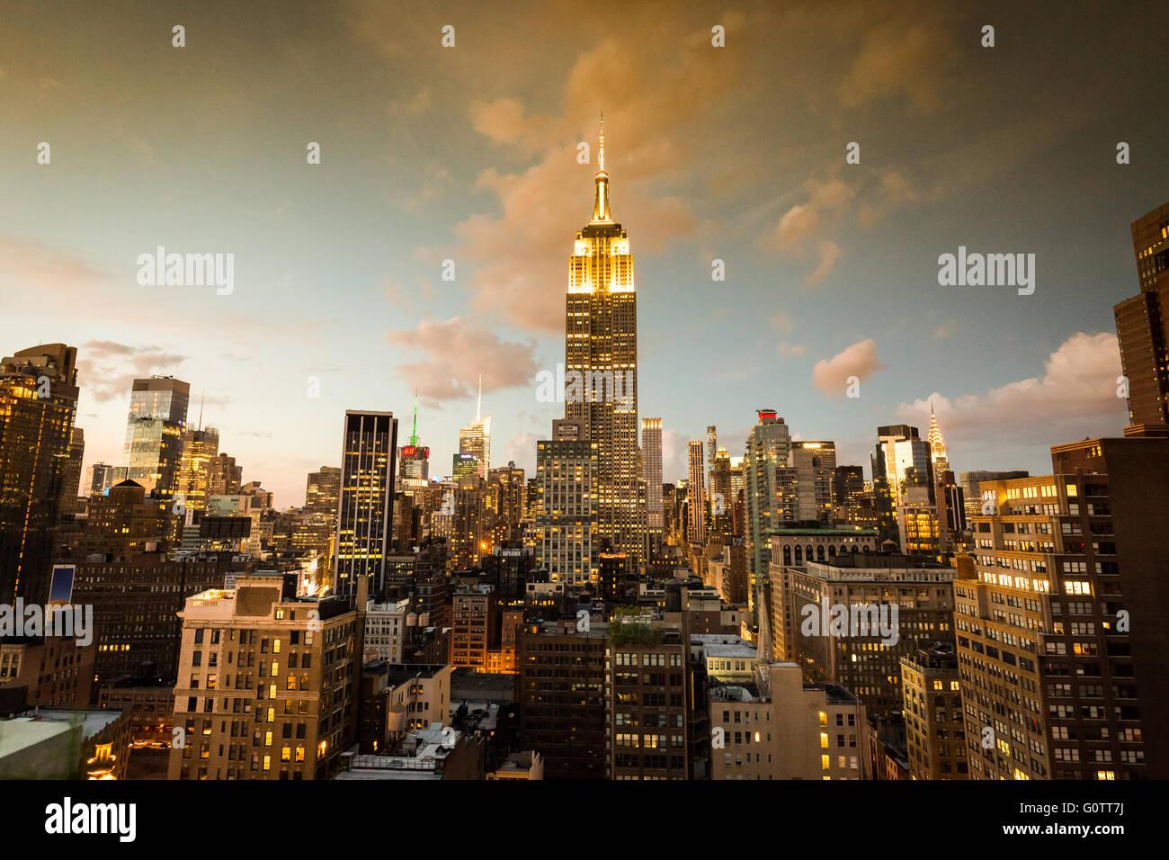 NEW YORK - 23.August: Blick auf Midtown Manhattan mit dem berühmten Empire State Building bei Sonnenuntergang. Stockbild