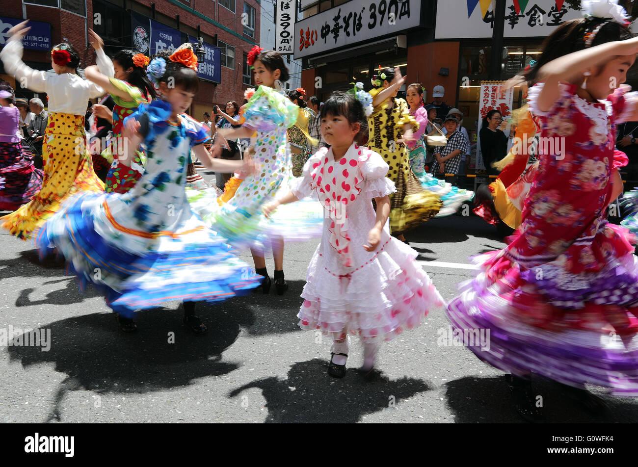 Tokio, Japan. 4. Mai 2016. Japans Flamenco Liebhaber in bunten Kleidern führen SevillAnnas tanzen auf einer Stockbild