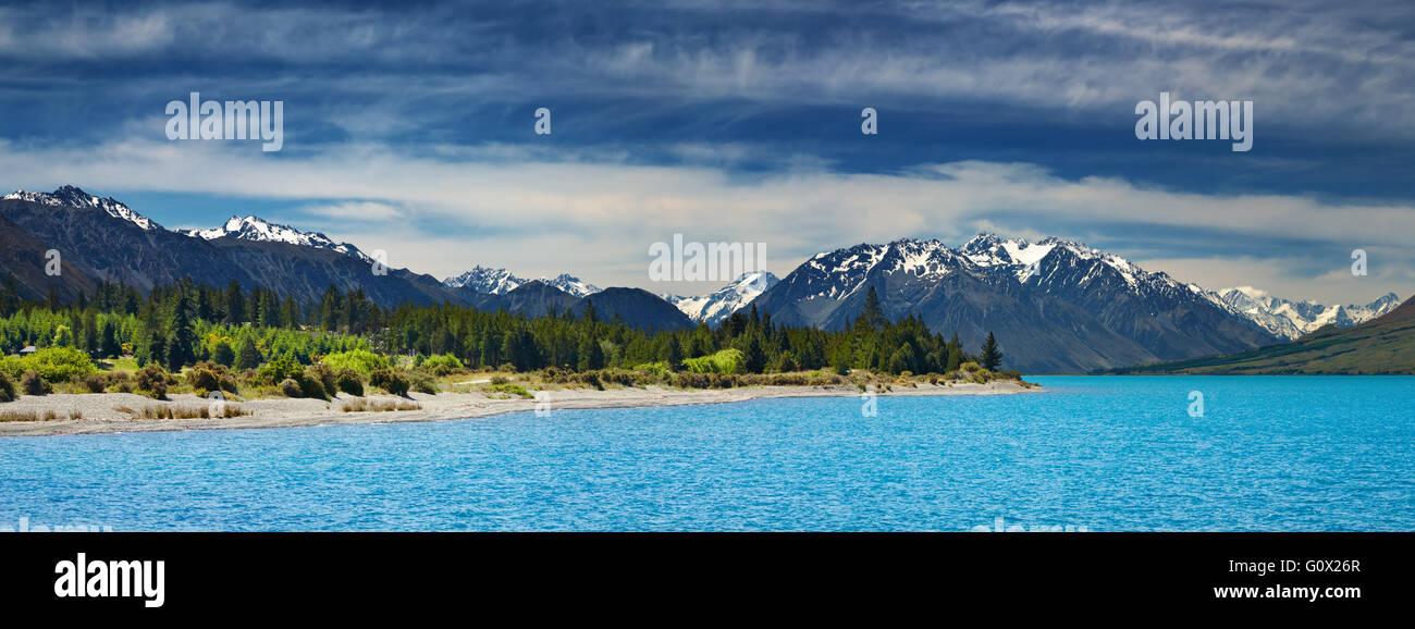 Bergpanorama mit türkisblauen See und blauer Himmel Stockbild