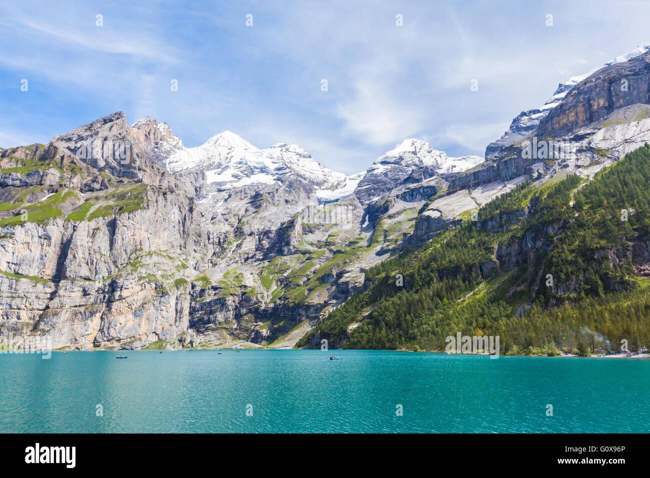 Atemberaubende Aussicht von Oeschinensee (Oeschinensees See) mit moderner und Frundenhorn der Schweizer Alpen im Stockbild