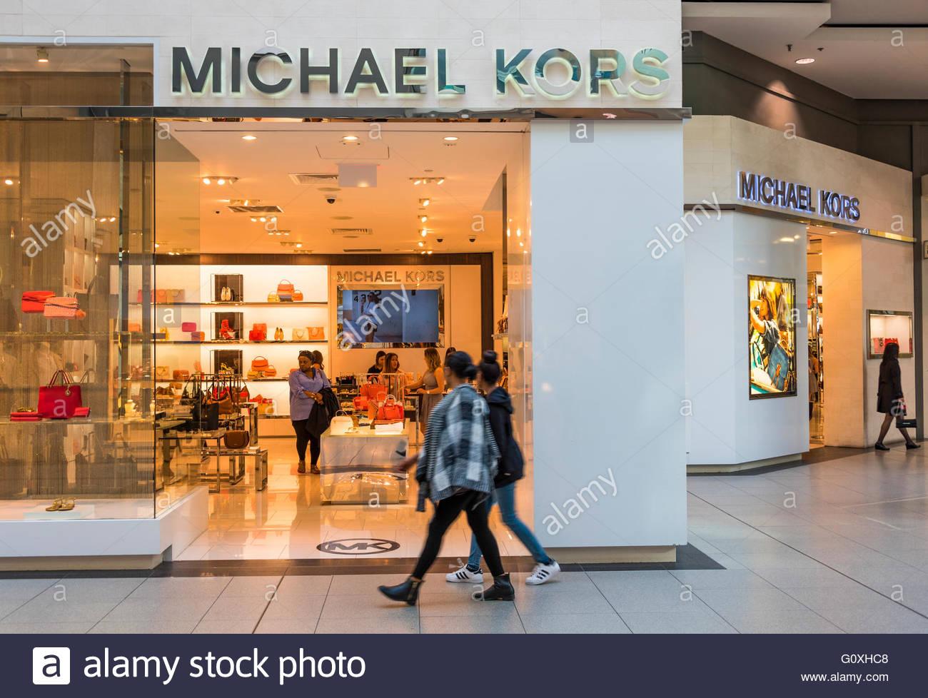 michael kors store im eaton center die marke ist eine amerikanische luxusmode f r handtaschen. Black Bedroom Furniture Sets. Home Design Ideas