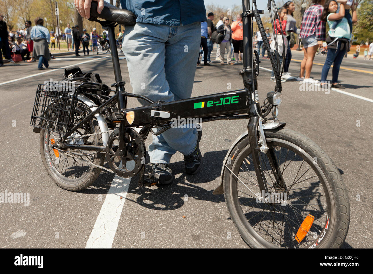 Mann stand neben einem Falt Elektrofahrrad - USA Stockbild