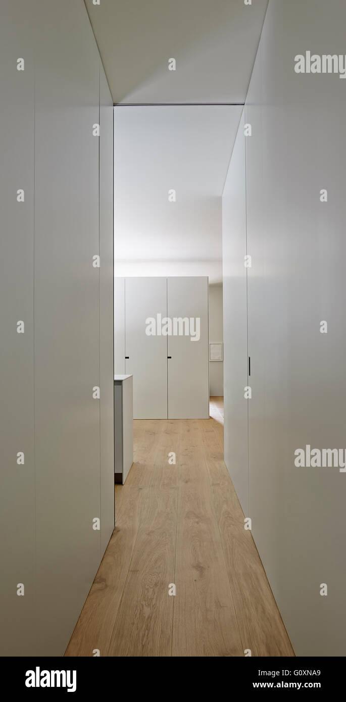 Modernen schmalen Flur mit weißen Wänden und Fußboden aus Holz. Stockbild