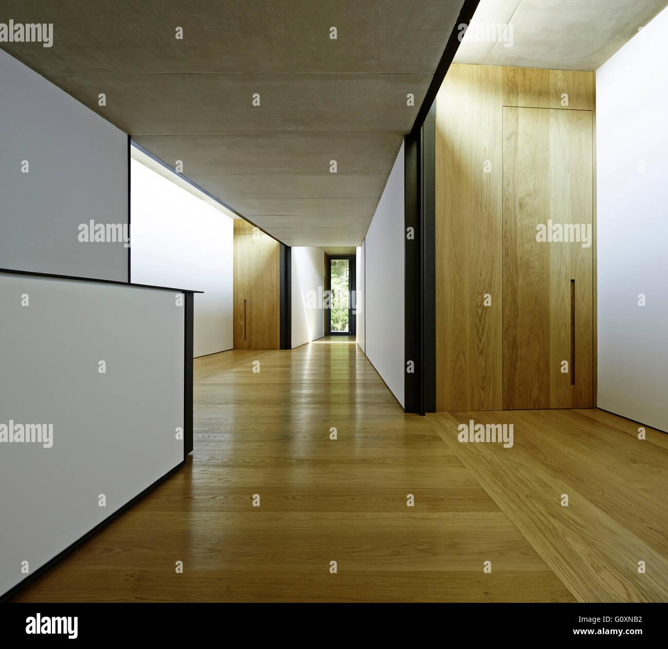 Blick auf den Flur mit schwarzen und weißen Wänden und minimaler Dekoration. Stockbild