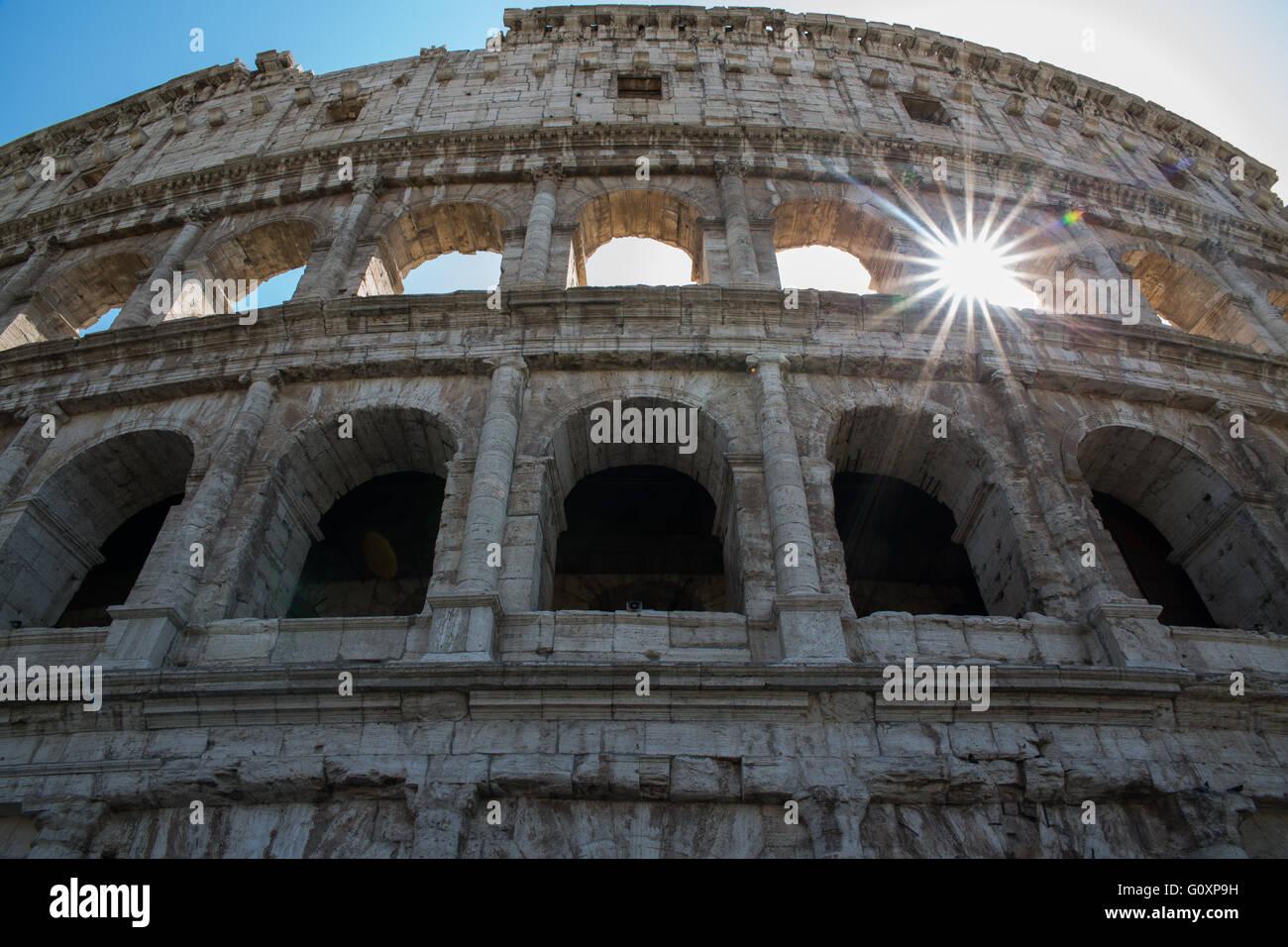 Das Kolosseum auch bekannt als das flavische Amphitheater ist ein ovales Amphitheater im Zentrum von Rom, Italien Stockbild