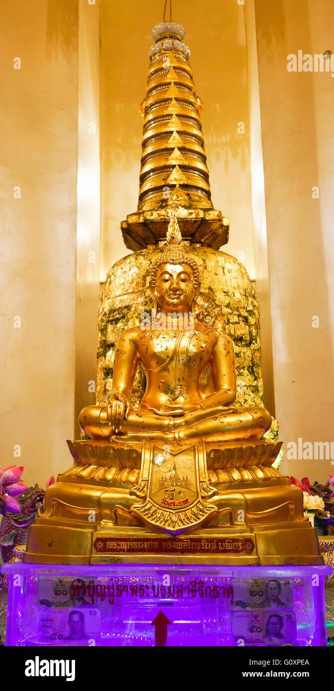 Buddhismus, Geld, Reichtum. Wir sehen eine violette Kunststoffbox mit Pfeil und Slots Geld einfügen. Stockbild