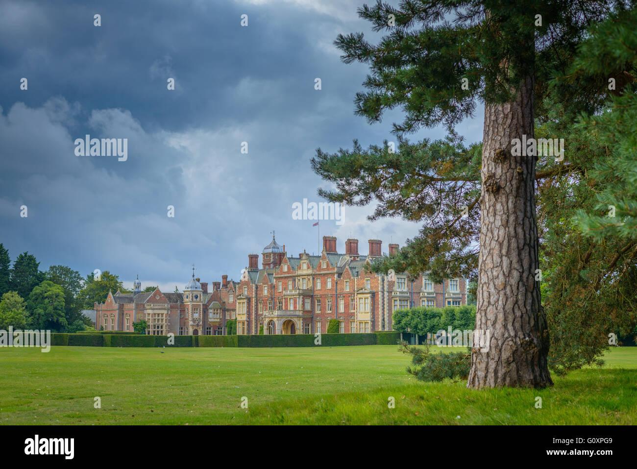 Sturm Wolken über Residenz der Queen in Norfolk, Sandringham House Stockfoto