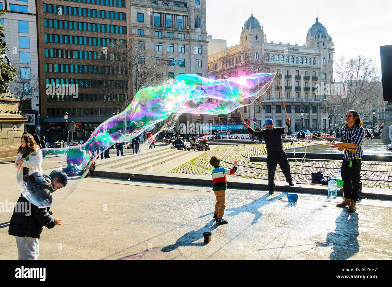 Straßenkünstler bläst Seifenblasen in Plaça de Catalunya Barcelona Katalonien Spanien Stockbild