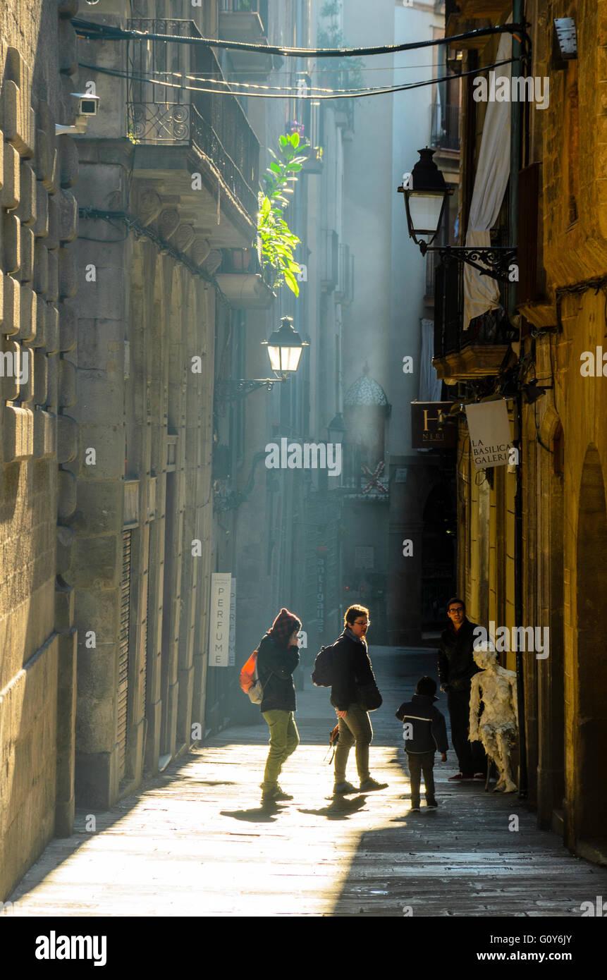 Eine schmale Straße im gotischen Viertel Barcelona Spanien Stockbild