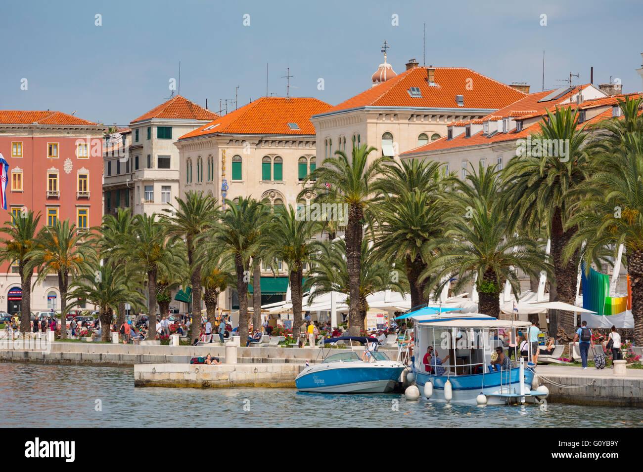 Split, Dalmatien, Kroatien.  Der Hafen.  Das historische Zentrum von Split ist ein UNESCO-Weltkulturerbe. Stockbild
