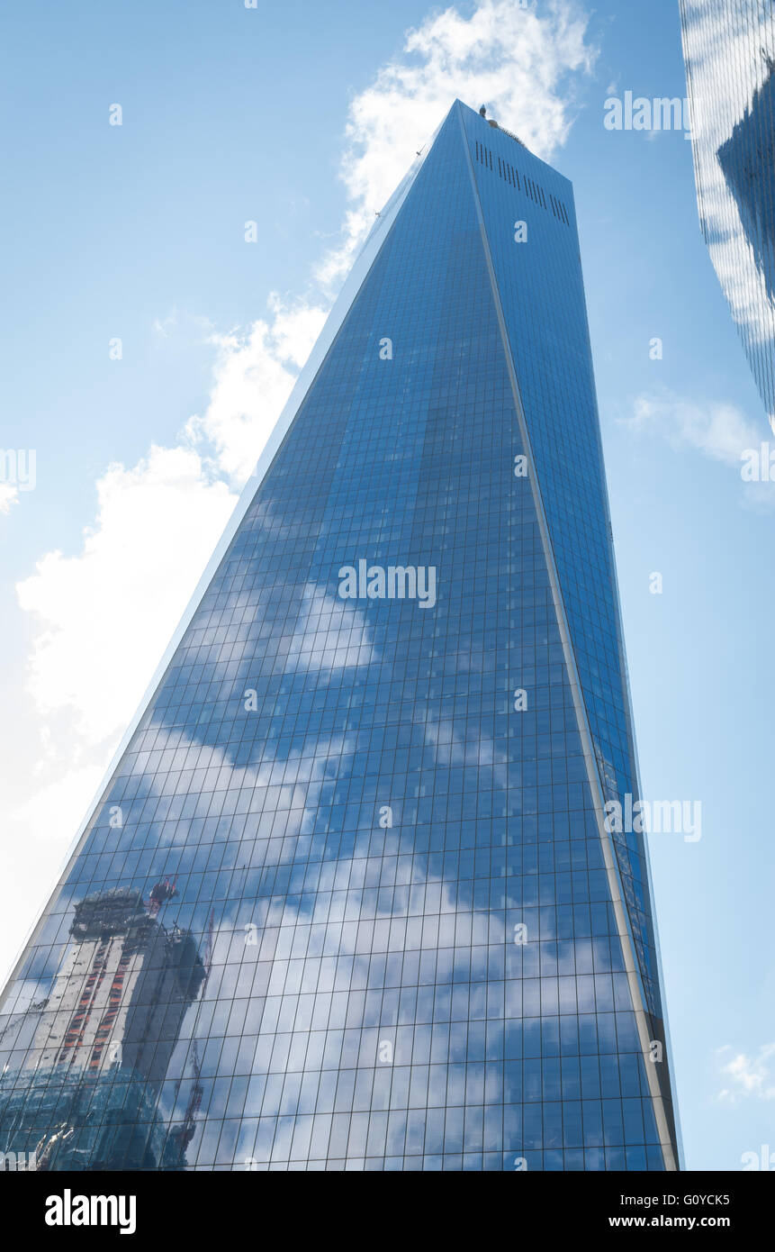 Wolken und blauer Himmel spiegelt sich im Glas der Wolkenkratzer One World Trade Center, New York Stockbild