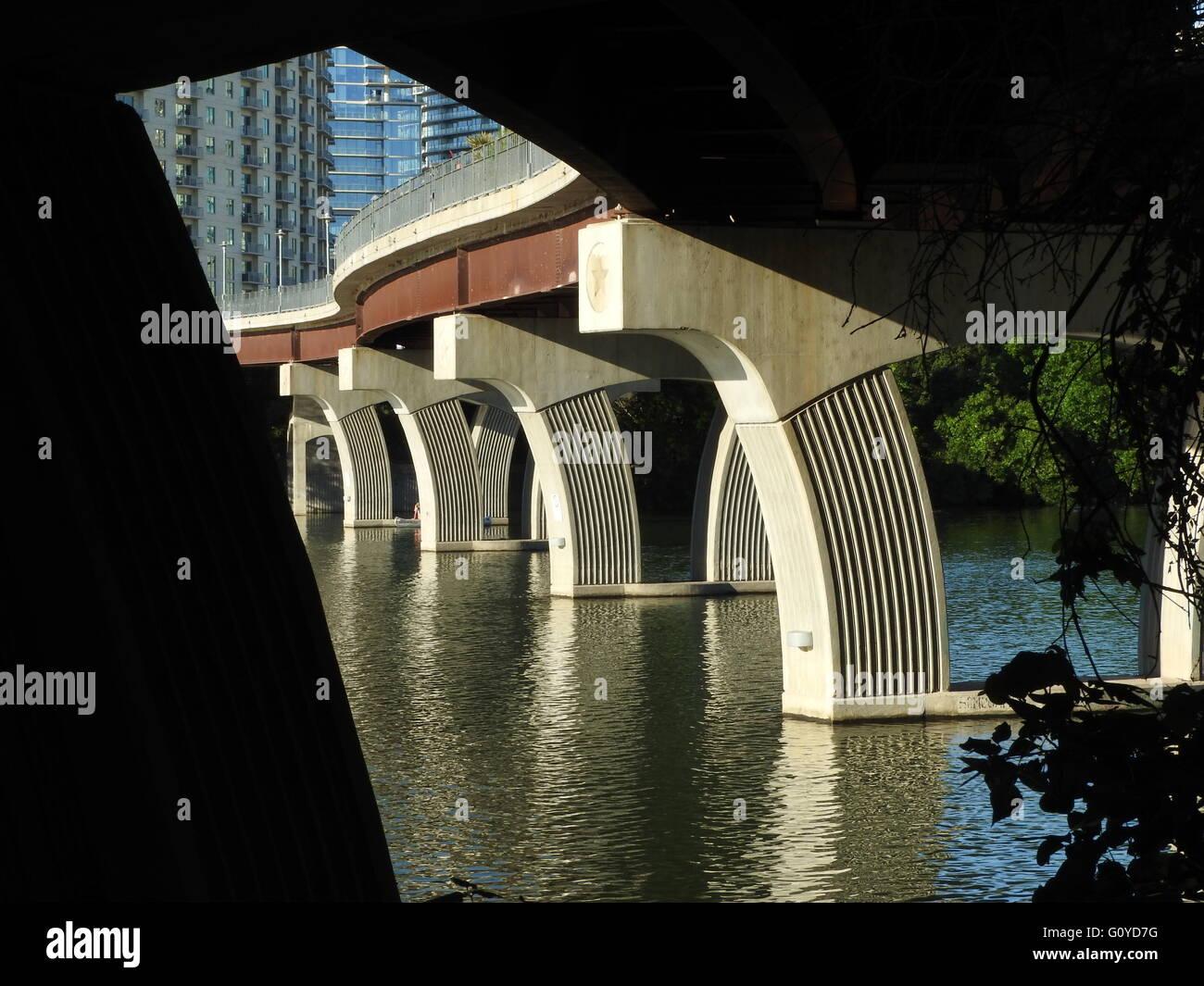 Diese Brücke bietet angenehme Wiederholung und Kurven. Stockbild