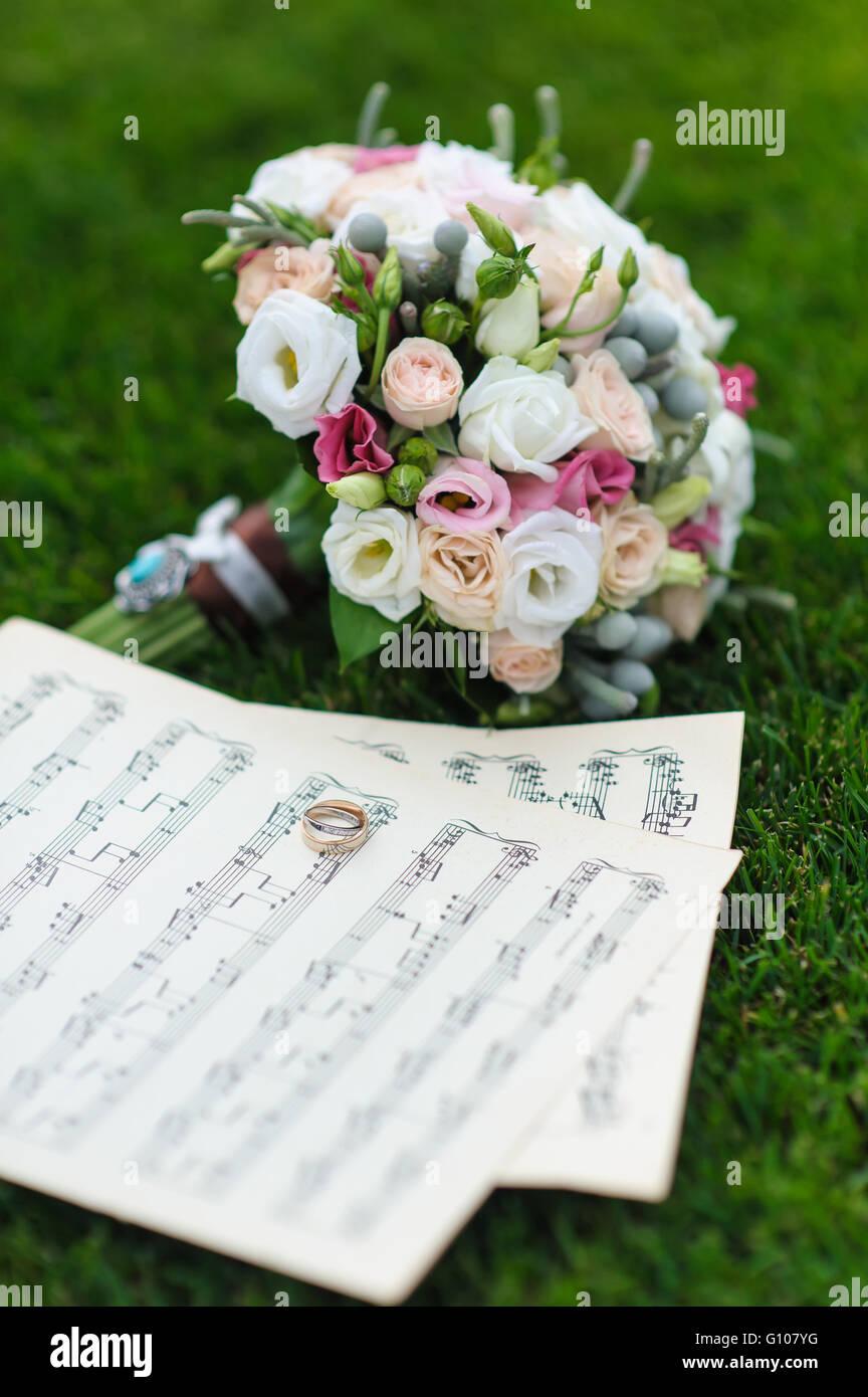 Zwei Trauringe Auf Einem Blatt Papier Mit Noten Brautstrauss Auf Dem