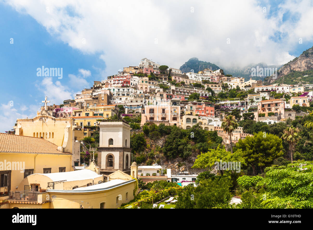 bunte h user am berg positano italien amalfi k ste stockfoto bild 103896169 alamy. Black Bedroom Furniture Sets. Home Design Ideas