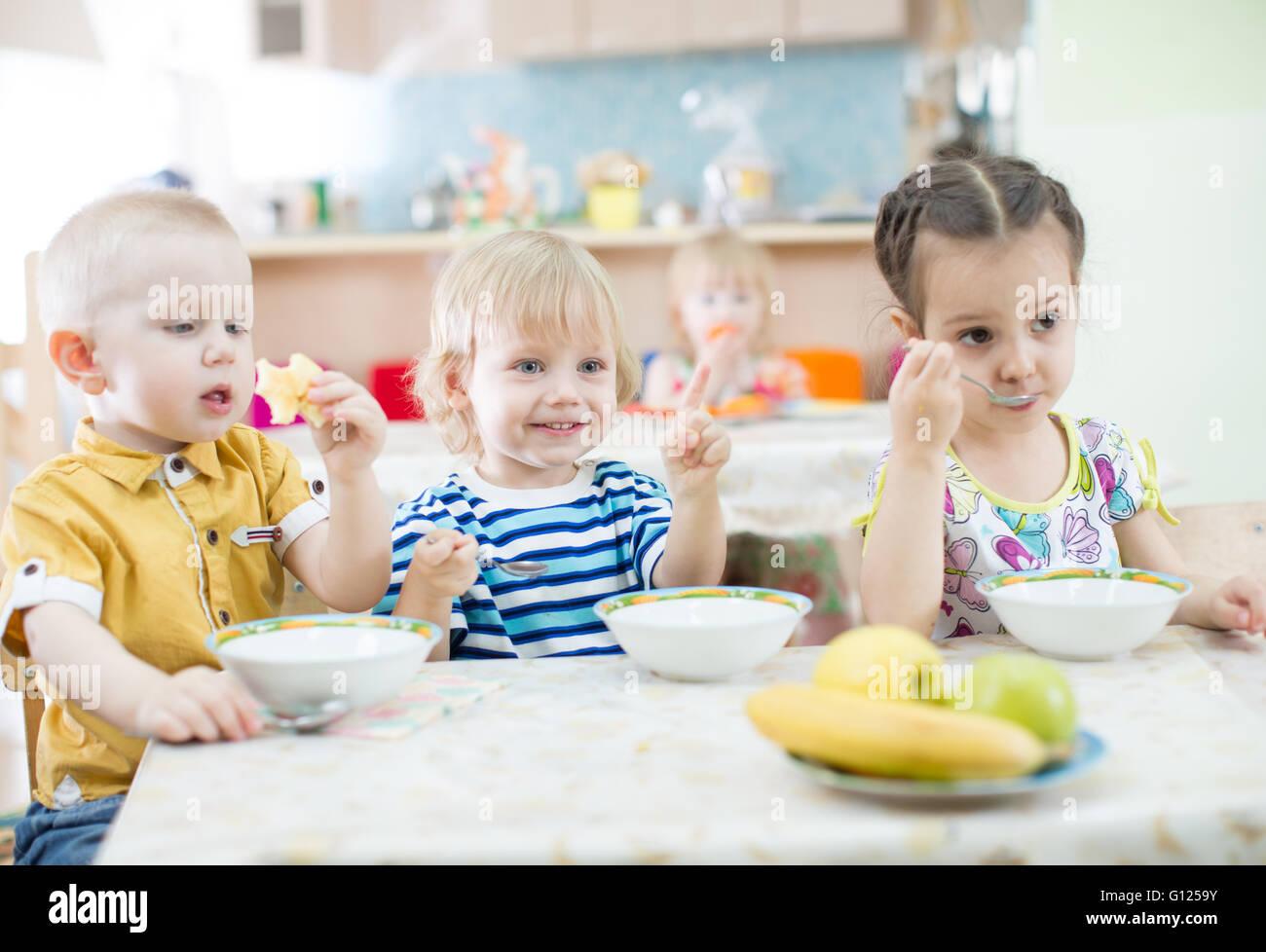 Lustige Kinder Essen im kindergarten Stockfoto, Bild: 103924967 - Alamy