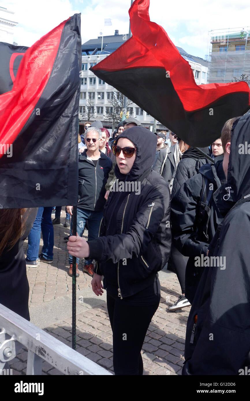 ANTIFA Extreme Linke Mädchen trägt politisch altmodischen Kleid während teilnehmen bei Demonstration, Stockbild