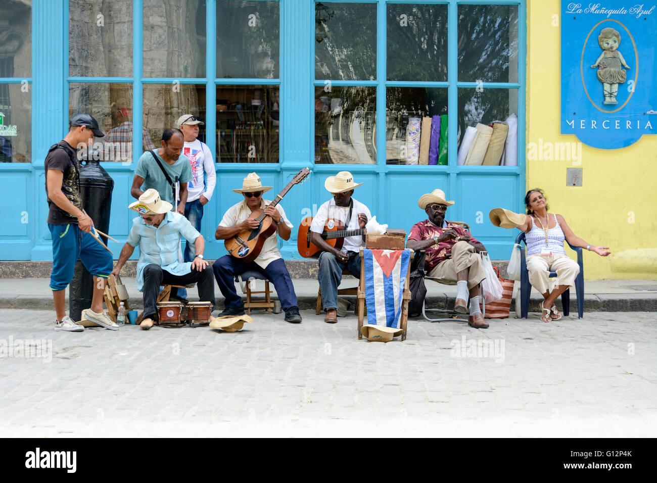Straßenmusikanten führen für Touristen und Tipps in Alt-Havanna, Havanna, Kuba Stockbild