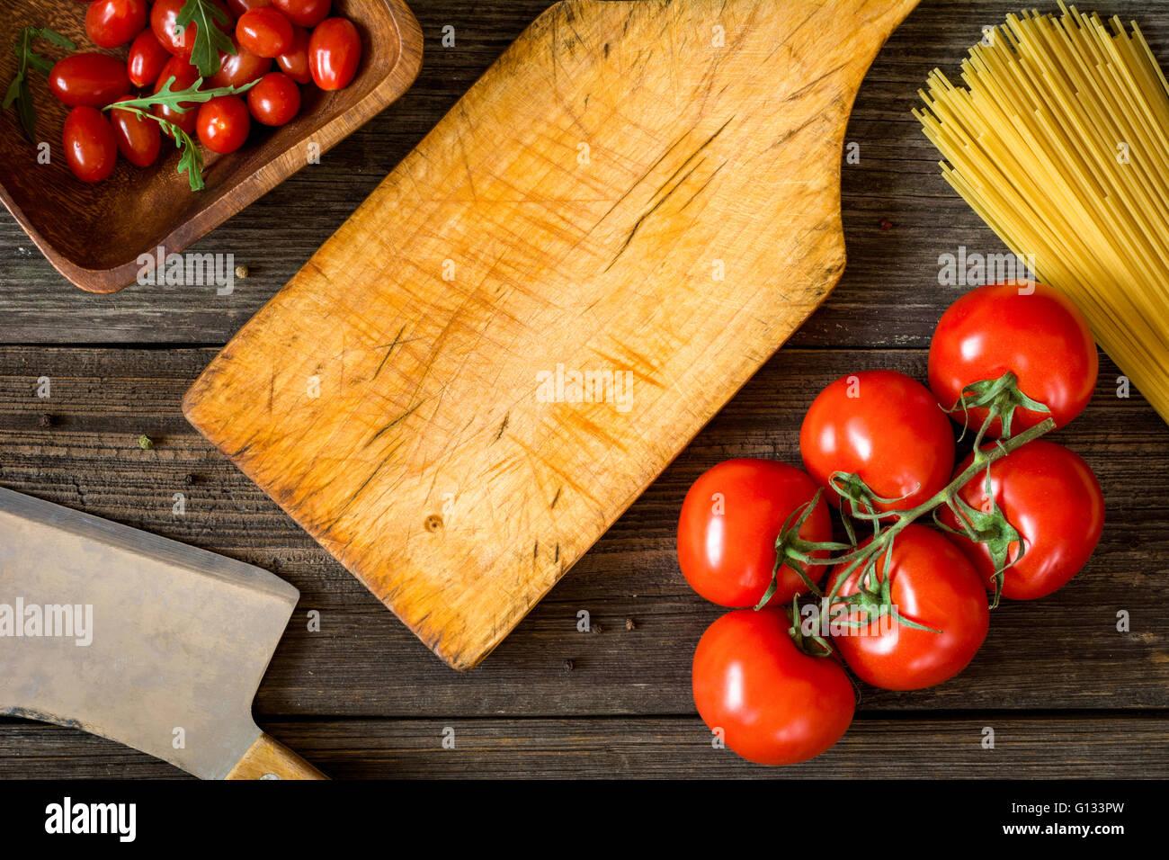 Draufsicht Speisen der italienischen Küche Zutaten auf rustikalen hölzernen Hintergrund. Spaghetti Nudeln, Stockbild