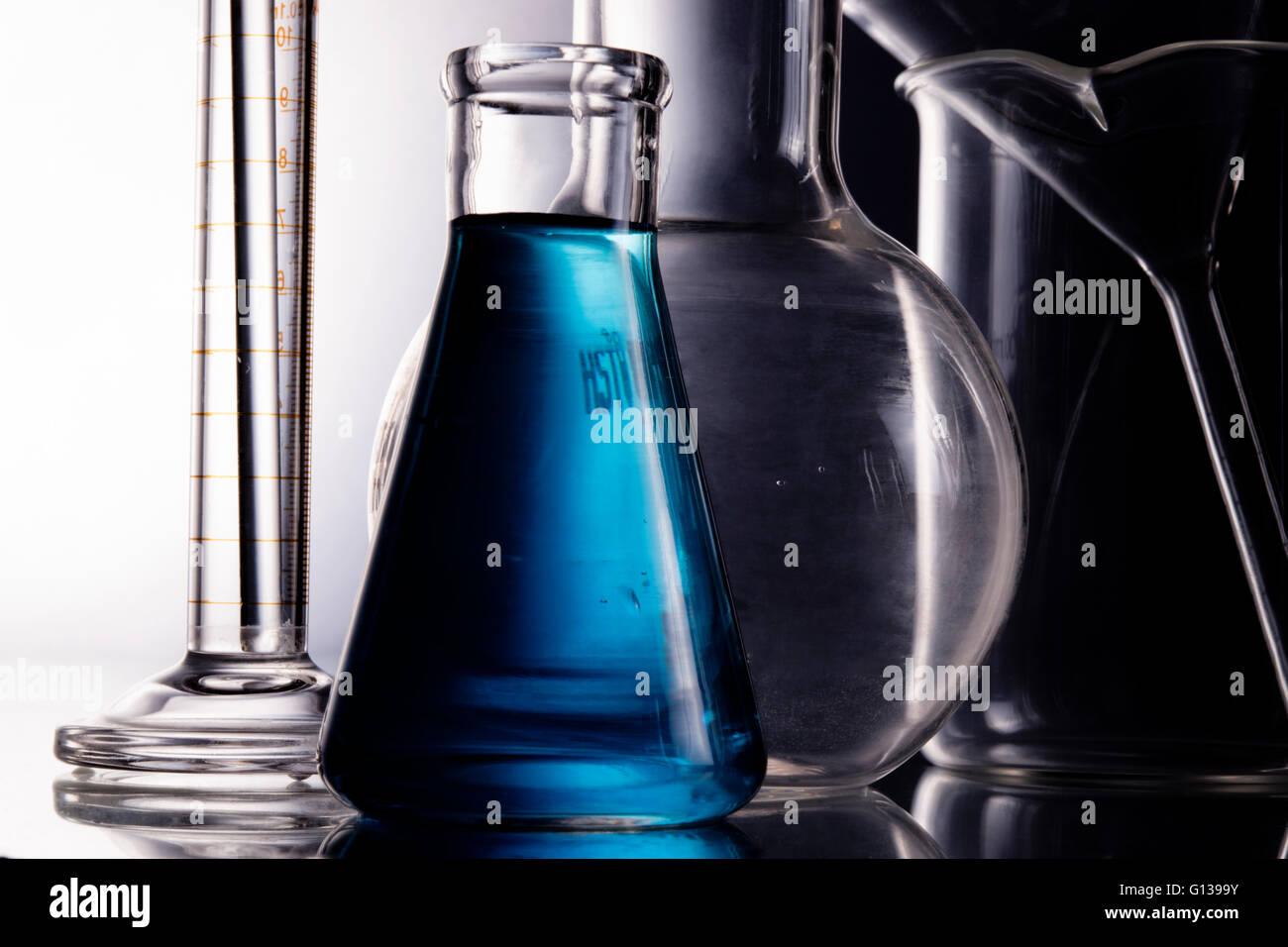 Blau Chemie im Erlenmeyerkolben, Flasche, Trichter mit Messzylinder Kochen Stockbild