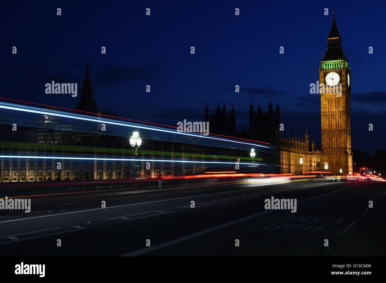 Nachtaufnahme von Big Ben mit Lichtspuren Stockbild