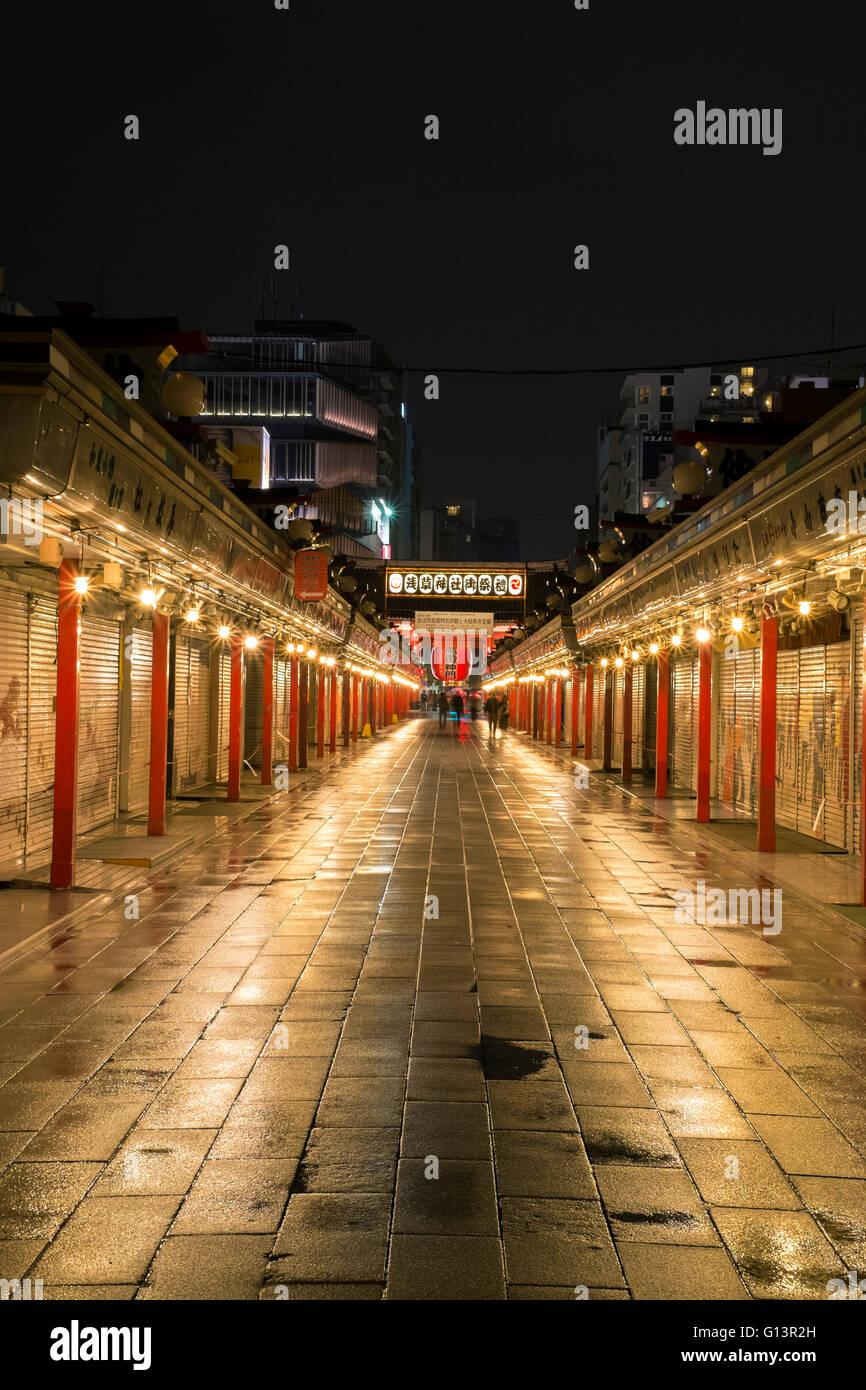 Eine vertikale Bild von Asakusa nachts in Tokio, Japan Stockbild