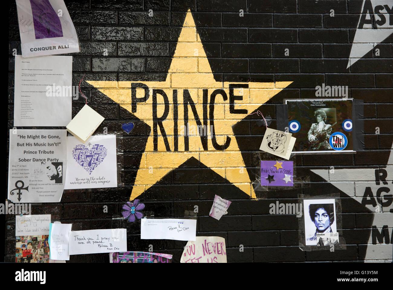 Gold star und Denkmal Tribut für den Musiker Prince an der First Avenue & 7th Street Eintrag Nachtclub Stockbild