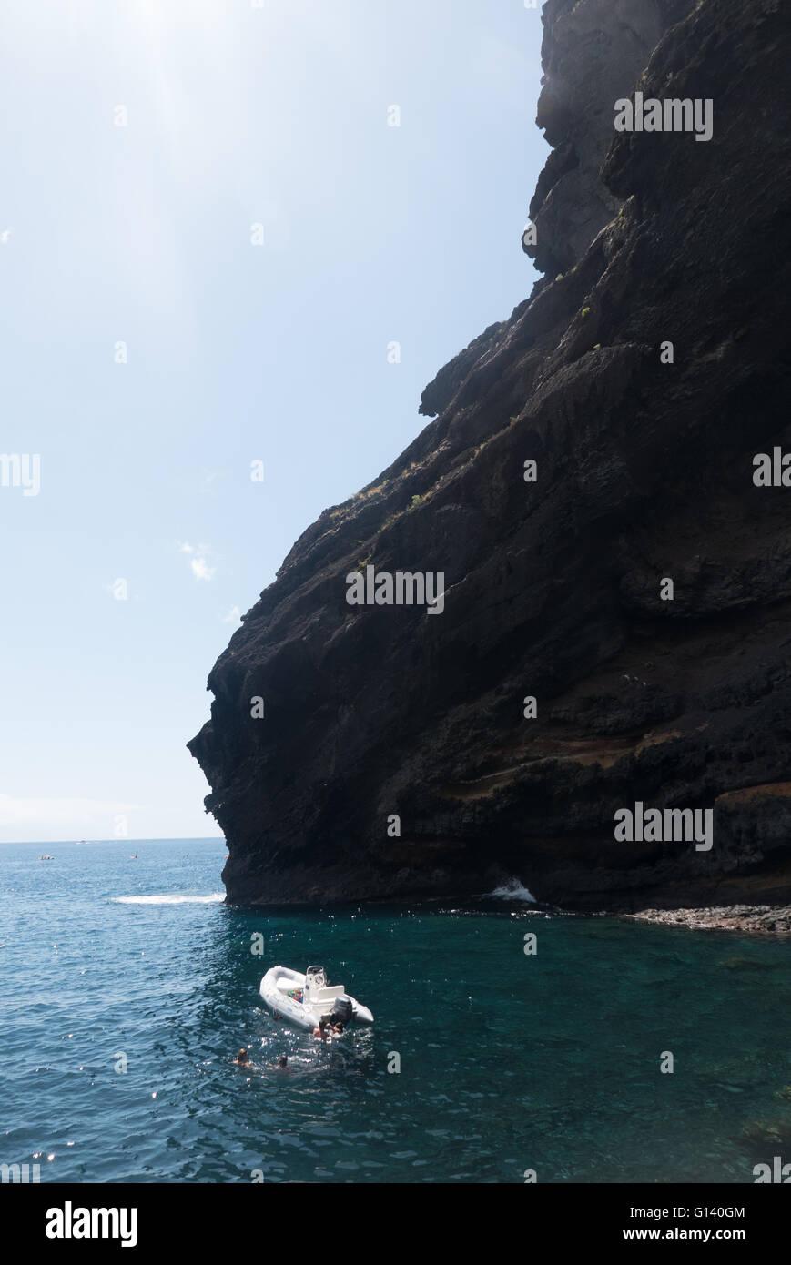 Klippen von Los Gigantes in Teneriffa betrachtet von Masca Strand, einem wilden Strand, der nur durch die Masca Stockbild