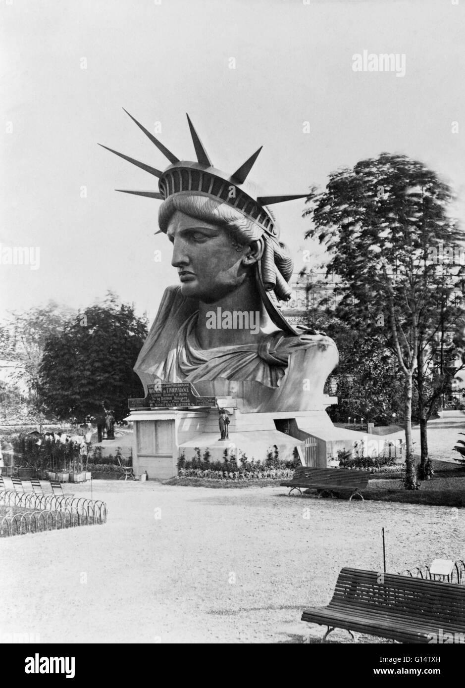 Die fertige Büste der Statue of Liberty auf dem Display im Garten ...