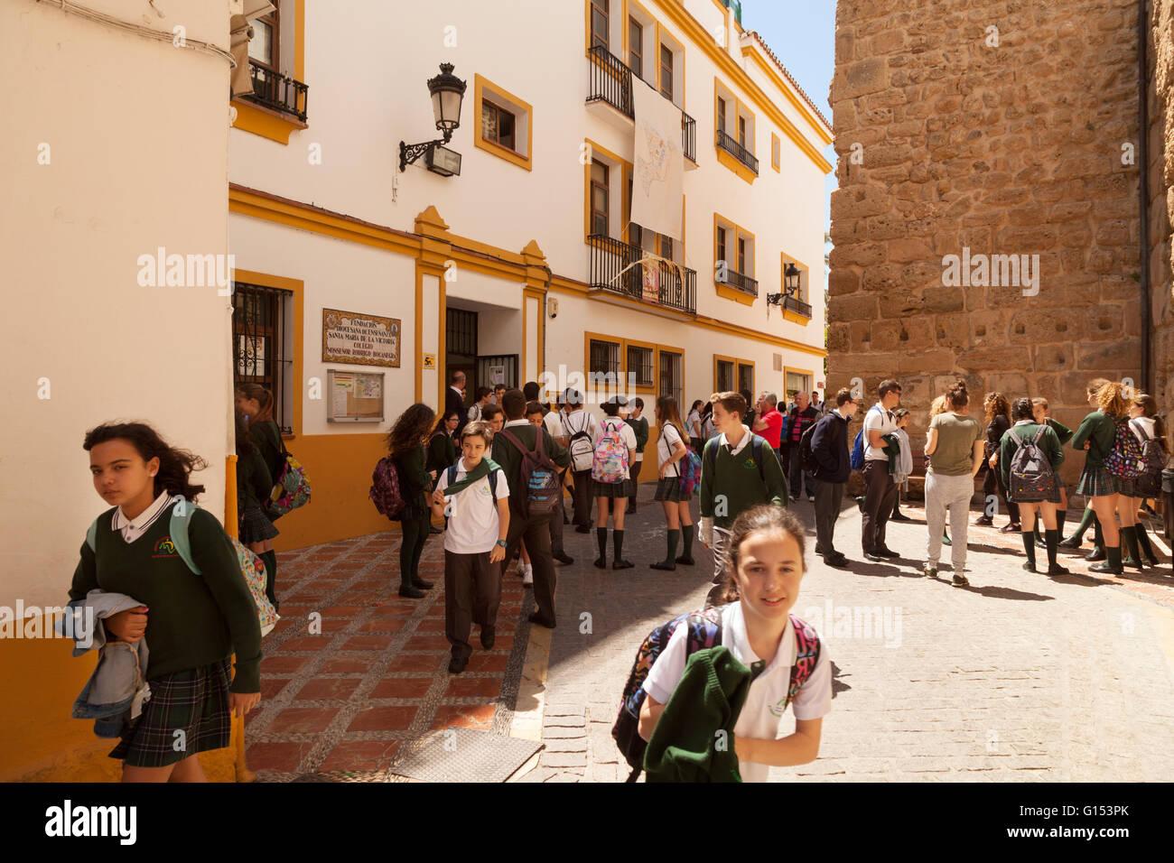 Spanische Schulmädchen in Marbella, Spanien verlassen Schule, Marbella, Andalusien, Spanien Europa Stockbild