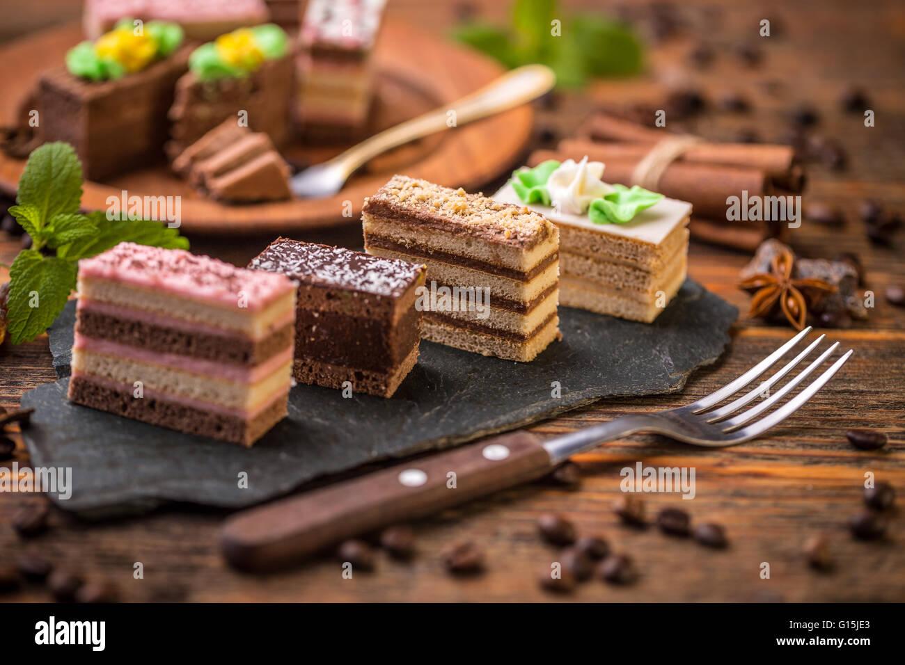 Kleine Quadratische Kuchen Mit Verschiedenen Creme Auf Schwarzem
