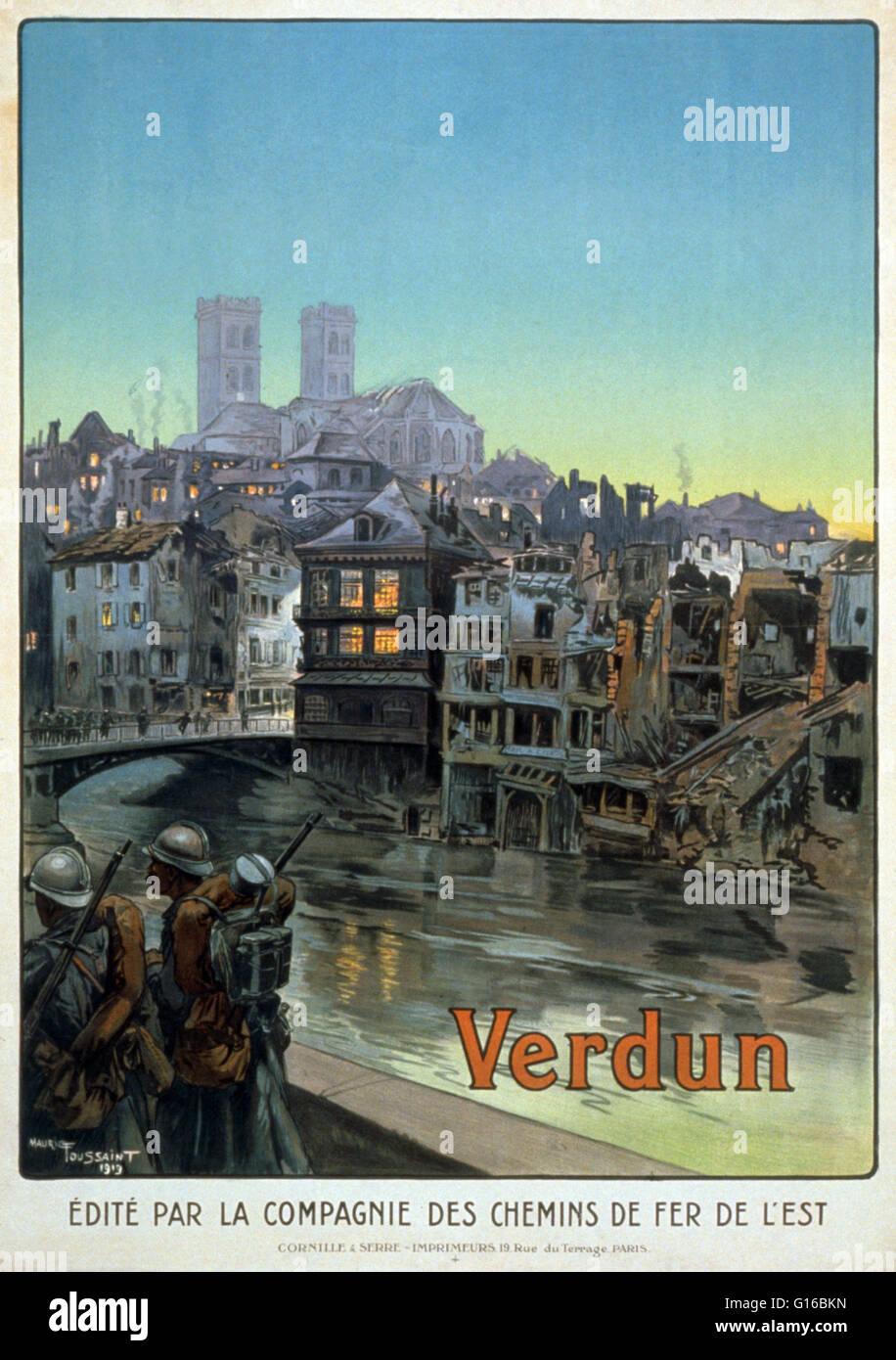 Soldaten marschieren neben einem Fluss und über eine Brücke in eine geschälte Verdun. Die Schlacht Stockbild