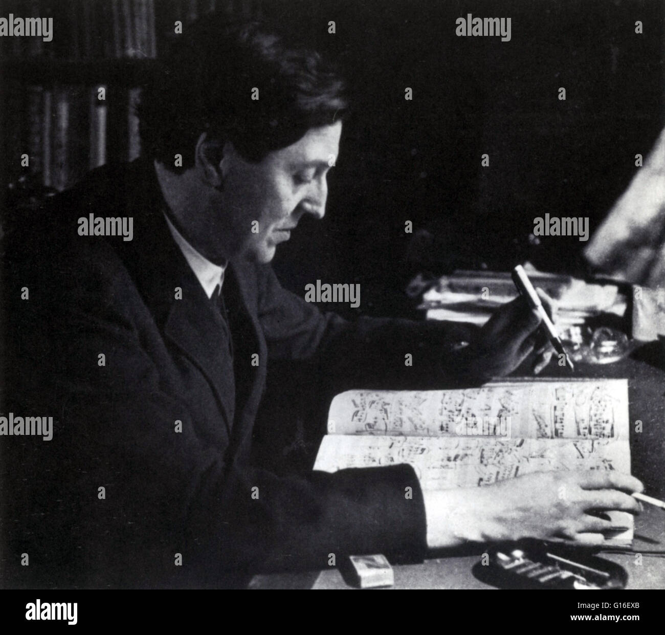 Berg, die Arbeit an der Partitur von Lulu bei seiner Wiener Hause, 1930. Alban Maria Johannes Berg (9. Februar 1885 Stockbild