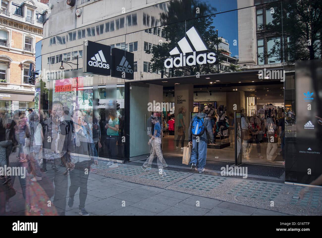 Verschwommene Shopper in der Londoner Oxford Street im