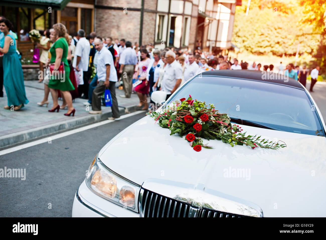 Elegante Weisse Limousine Mit Einem Strauss Blumen Auf Der Motorhaube