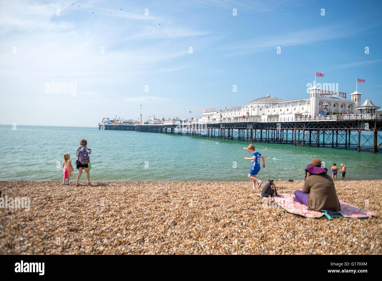 Blick auf Brighton Pier an einem sonnigen Frühlingstag vom Strand entfernt Stockbild