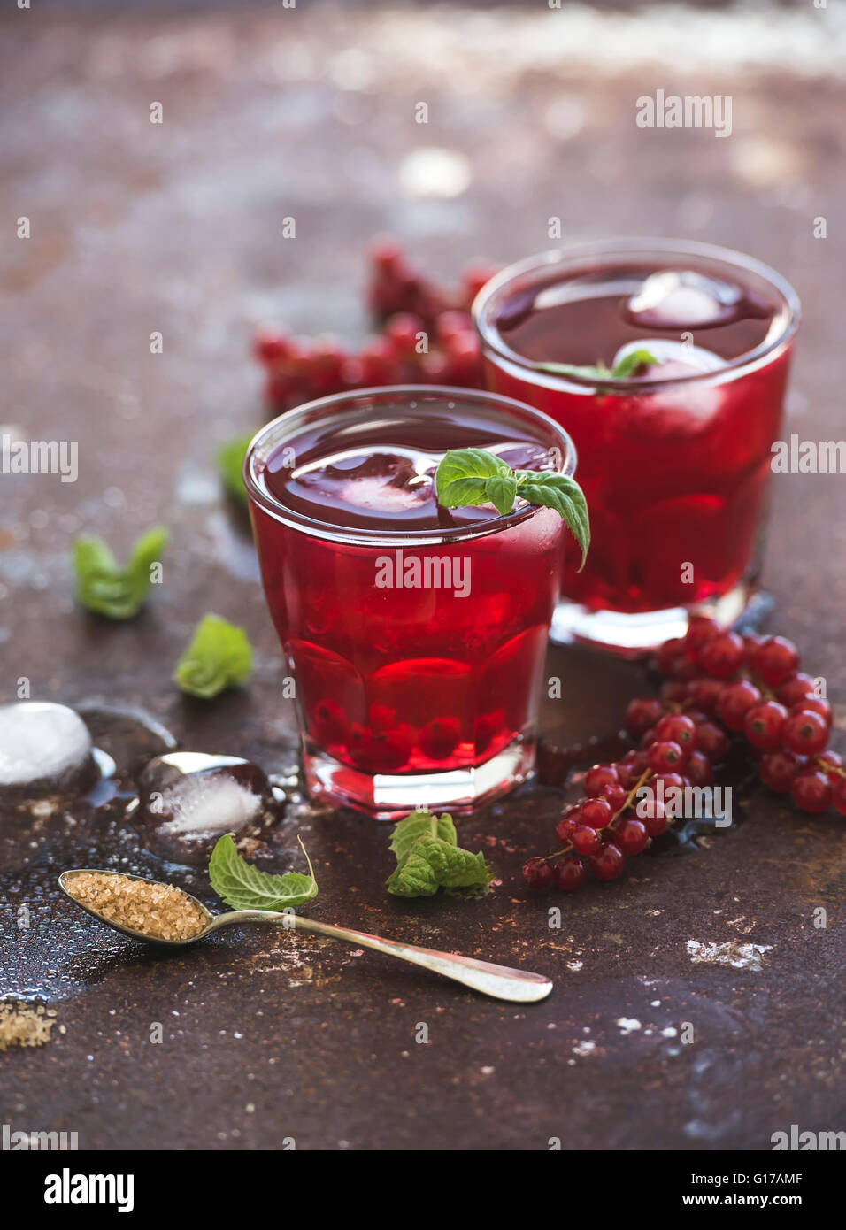 Red berry Limonade mit Eis und Minze auf Vintage rostigen Metall Backdround, selektiven Fokus Stockbild