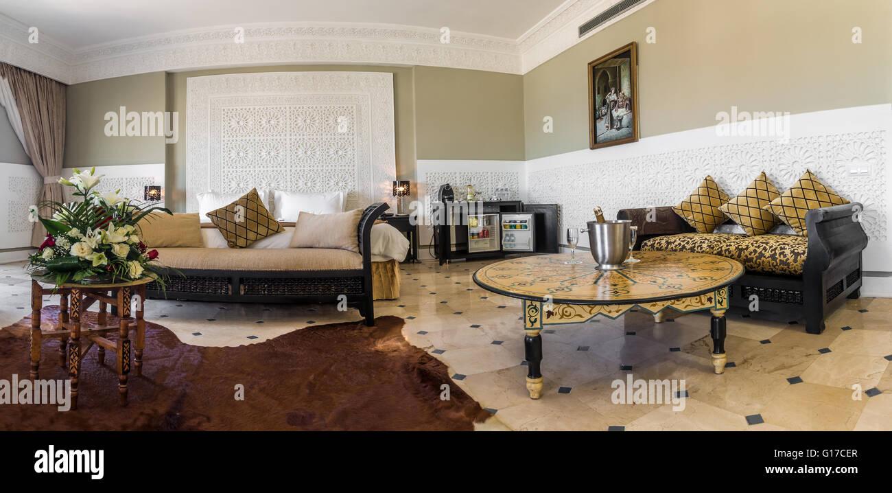 Luxus Suite mit Schlafzimmer und Couch im marokkanischen Stil ...
