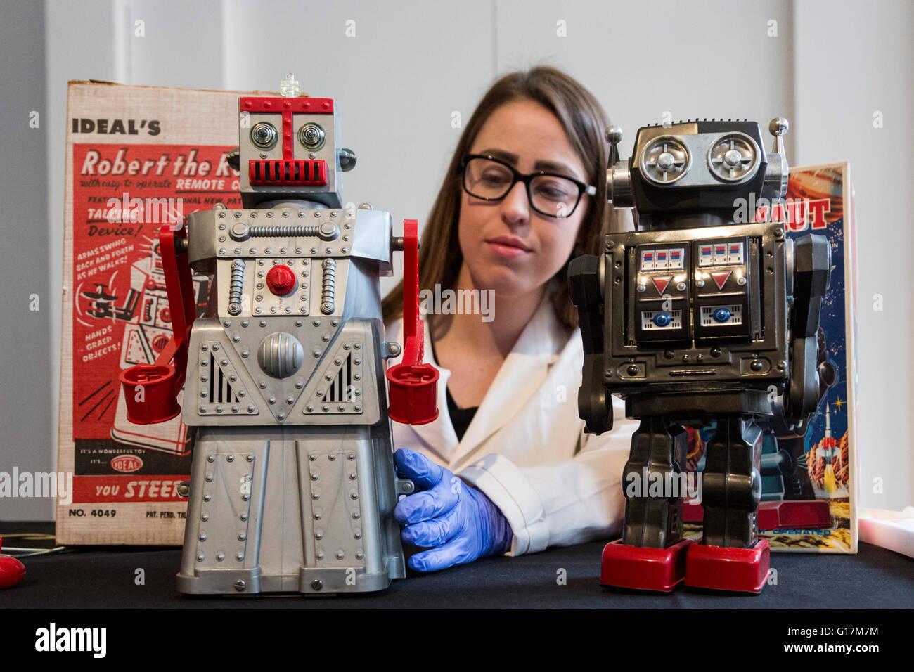 London, UK. 10. Mai 2016. Im Bild: Restaurator Vanessa Applebaum Spielzeugroboter Robert kümmert sich der Roboter Stockbild