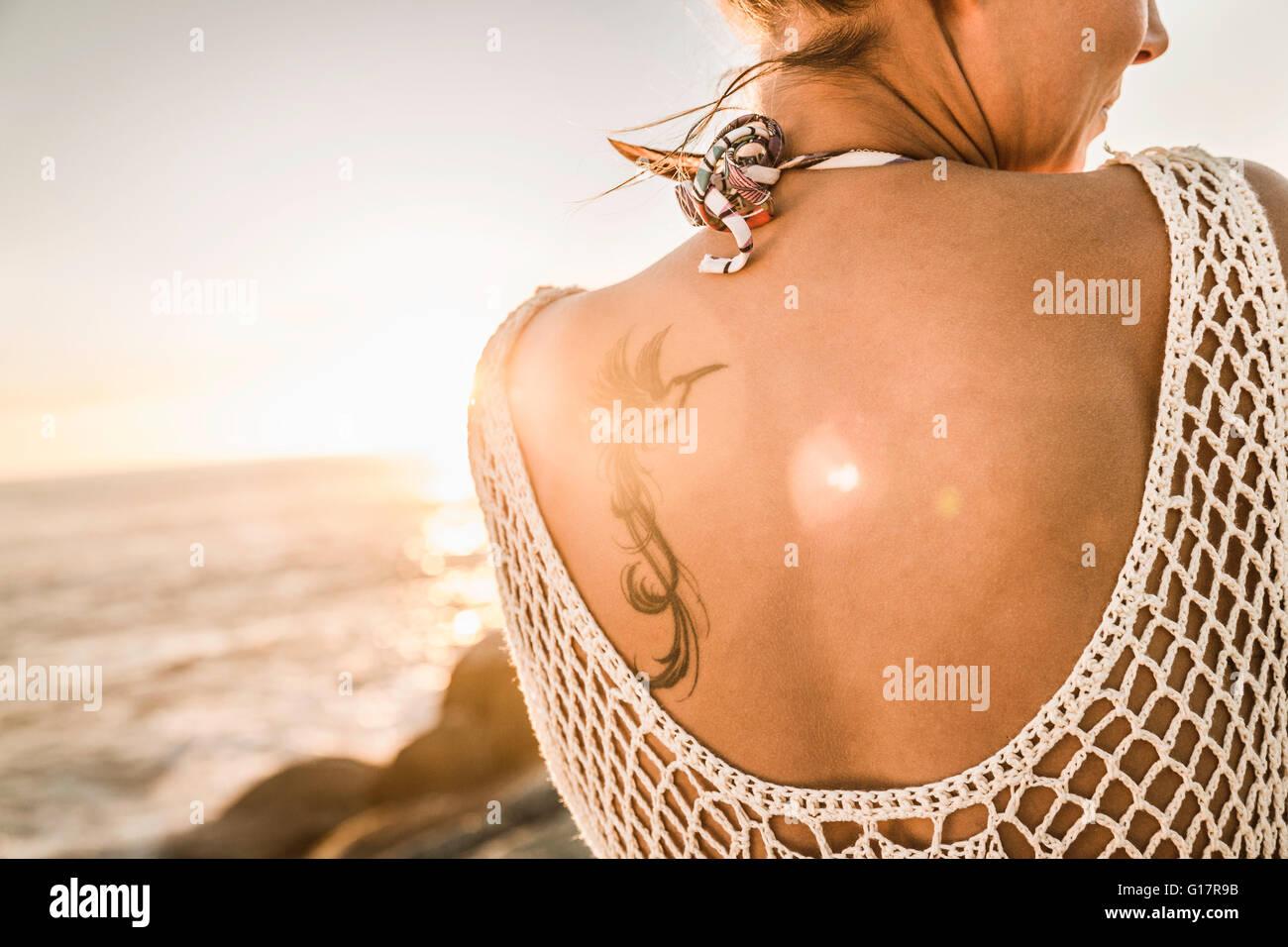 Rückansicht Der Vogel Tattoo Auf Womans Schulter Am Strand Bei