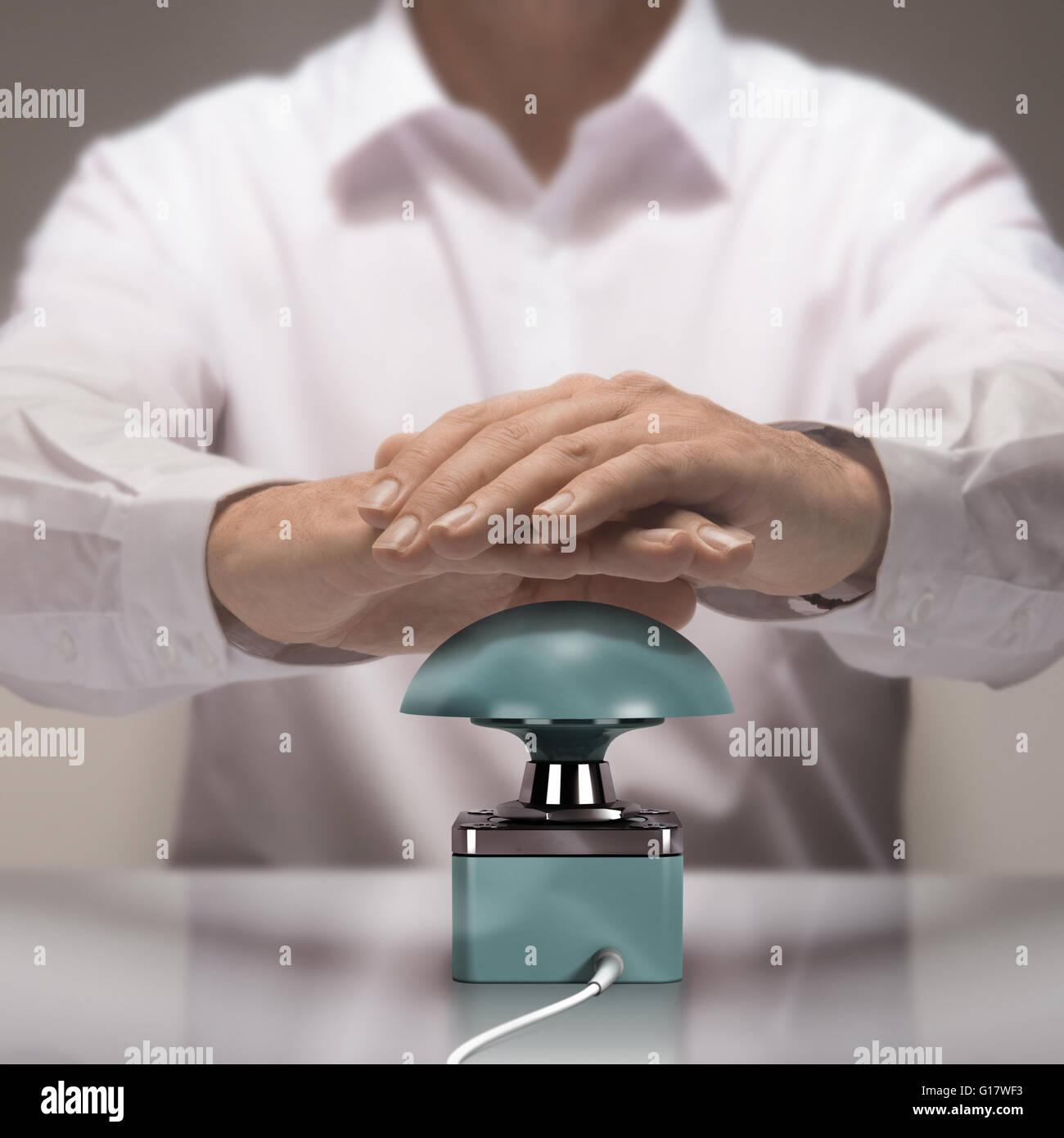 Image Compositing zwischen Fotografie und 3D Busser. Mann mit beiden Händen die Taste für die Beantwortung Stockbild