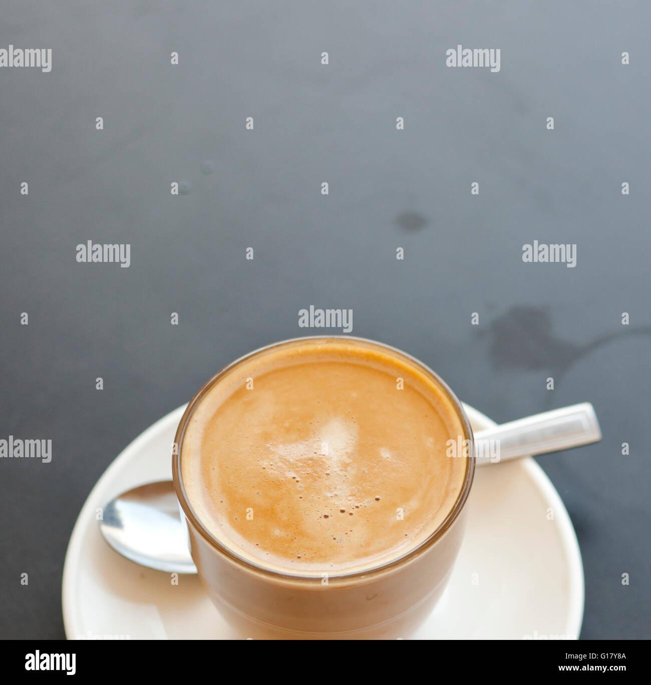 Ein Glas Kaffee, Cortado-Style. Stockfoto