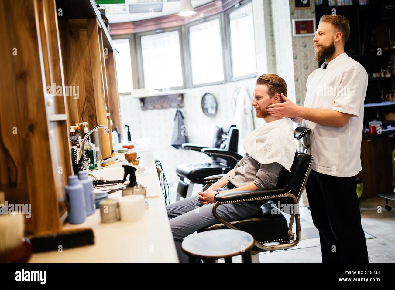 Männlich, Haar Bart Behandlung im Friseursalon Stockbild