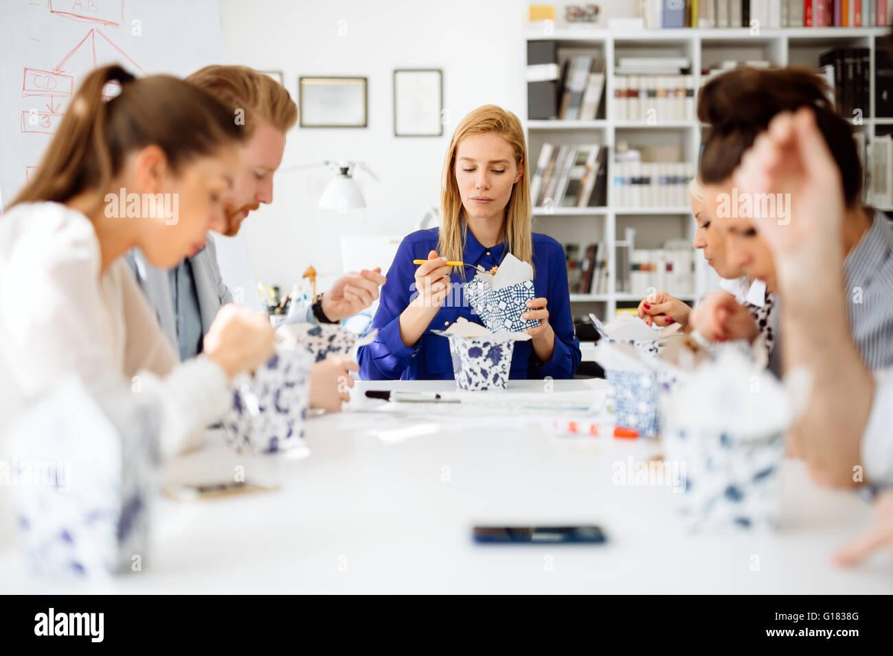 Kollegen Im Buro Wahrend Der Mittagspause Essen Stockfoto Bild