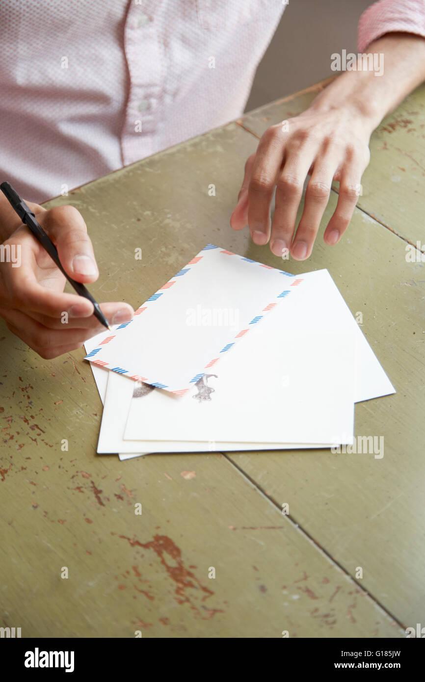 Erhöhte Ansicht Der Jungen Mans Händen Luft Post Brief Schreiben
