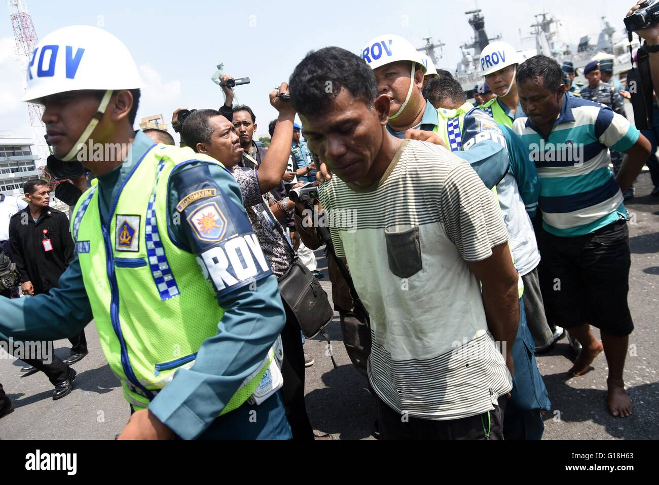 Surabaya, Ost-Java, Indonesien. 10. Mai 2016. : Neun Piraten bewacht ...