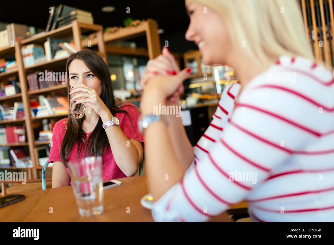 Schöne Frau in einem hölzernen Café Kaffee trinken Stockbild