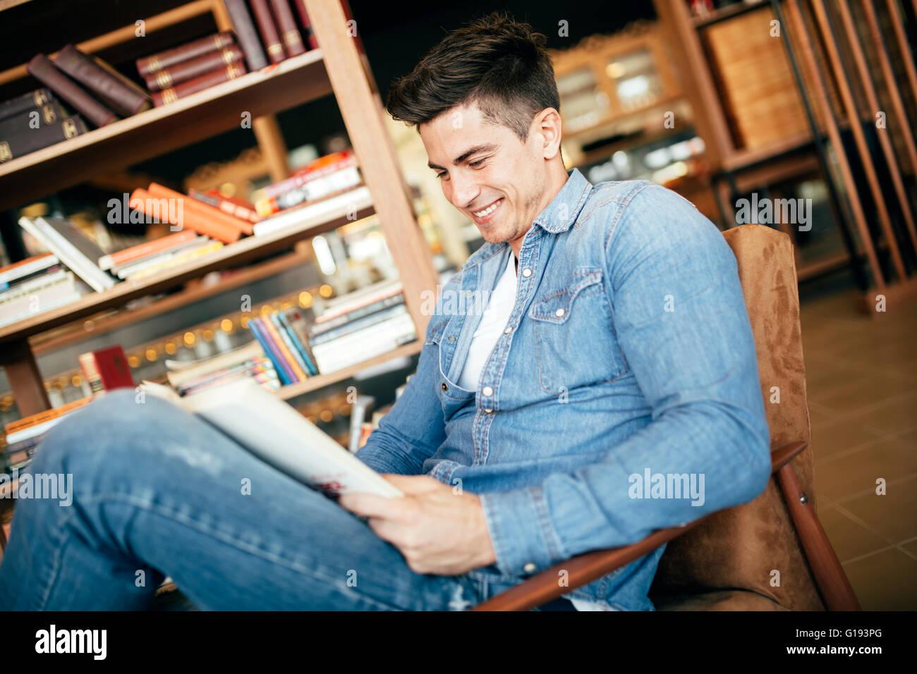 Gut aussehender Mann studieren von Büchern und Prüfung vorbereiten Stockbild